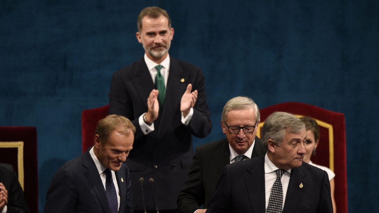 Felipe VI: «España tiene que hacer frente a un inaceptable intento de secesión».El presidente del Parlamento Europeo, Antonio Tajani (c), el presidente de la Comisión Europea (CE), Jean-Claude Juncker (d), y el presidente del Consejo Europeo, Donald Tusk (i), tras recoger el Premio Princesa de Asturias 2017 de la Concordia otorgado a la Unión Europea