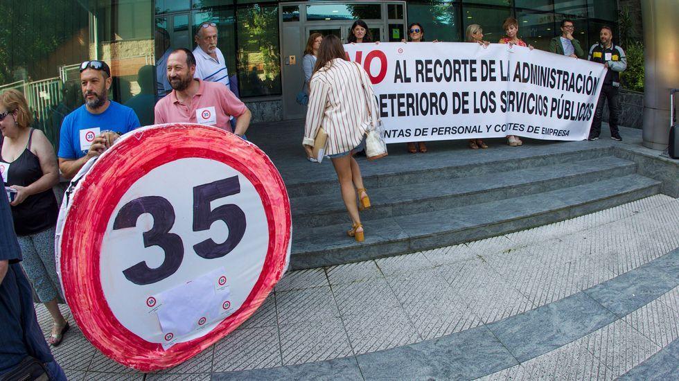 La Junta de Personal Funcionario del Principado de Asturias, durante la concentración frente a la sede de la Consejería de Hacienda, para protestar y mostrar su rechazo al proyecto de ley de Función Pública, que se está tramitando en la Junta General del Principado y que considera insuficiente.