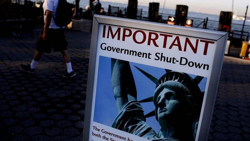 Monumentos y museos cerrados.Un cartel avisa del cierre a los visitantes de la estatua de la Libertad, en Manhattan.