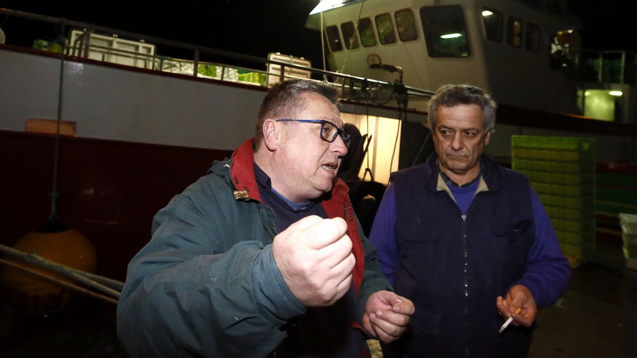 3. Samuel Canoura y Raúl Rodríguez, armador y patrón del «Nuevo Pérez», al acabar de descargar