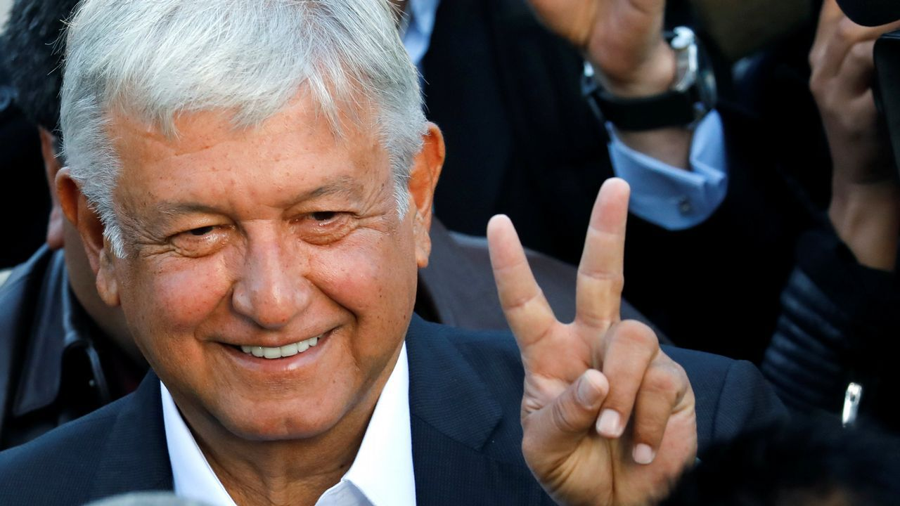 Andrés Manuel López Obrador, el favorito en todas las encuestas, llegó a votar media hora antes de la apertura del colegio electoral