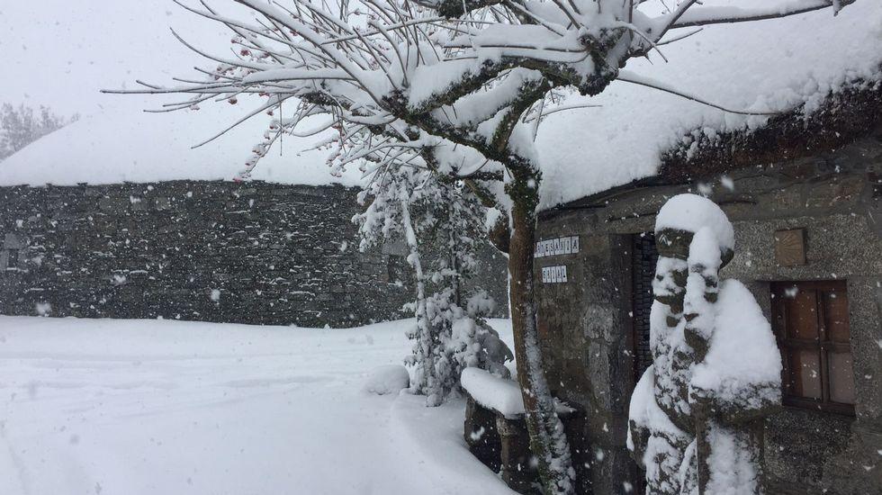 La nieve complica la circulación en la montaña de Lugo