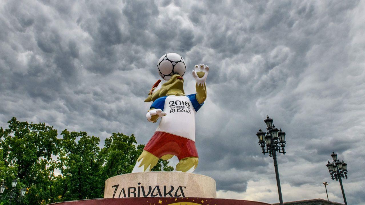 .Una estatua de Zabivaka, la mascota del mundial de Rusia, en Moscú