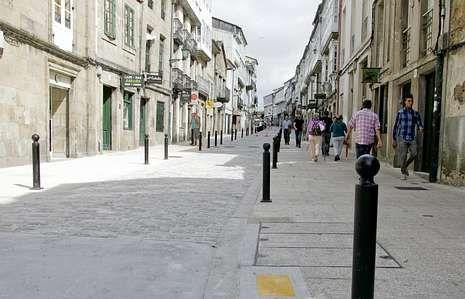 Las últimas señales de circulación y bolardos de la calle se colocaron estos días.