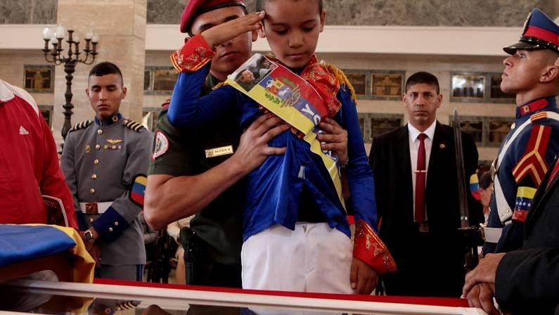 El último paseo del comandante.Un niño disfrazado de Bolívar presenta sus respetos a Chávez