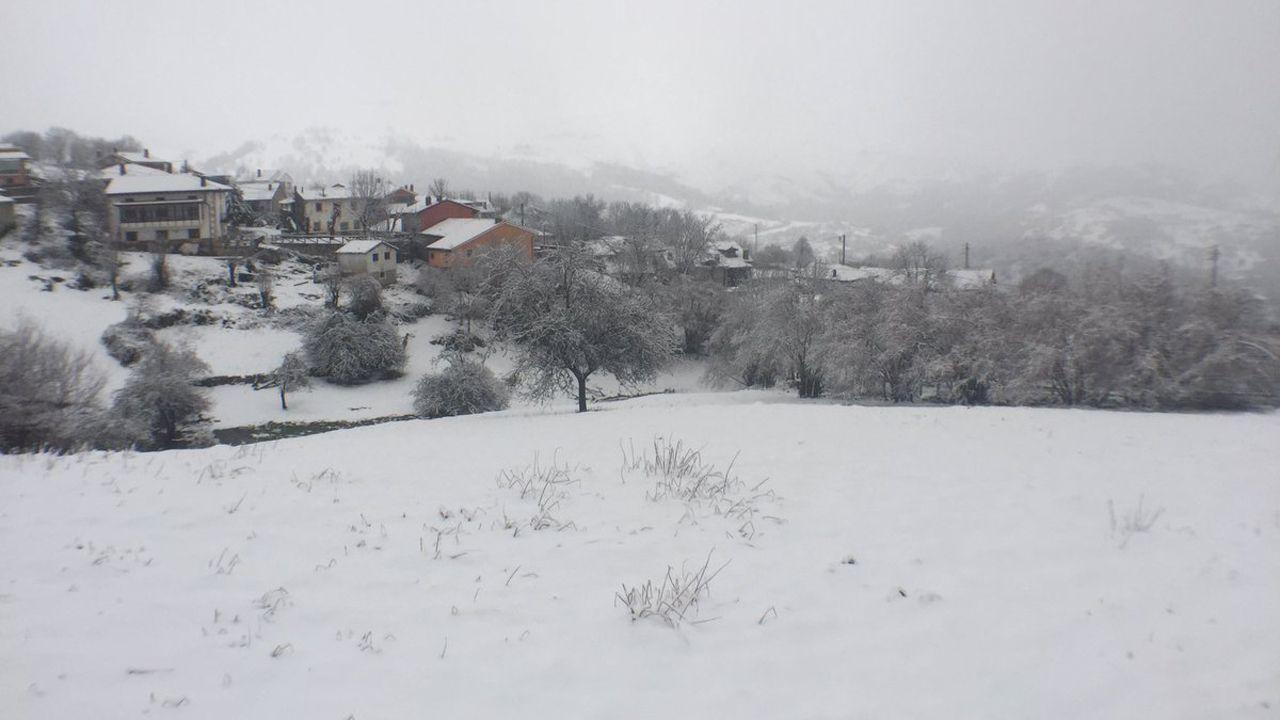 La nieve dificulta el tráfico en la autopista del Huerna.Cabrales bajo un manto de nieve