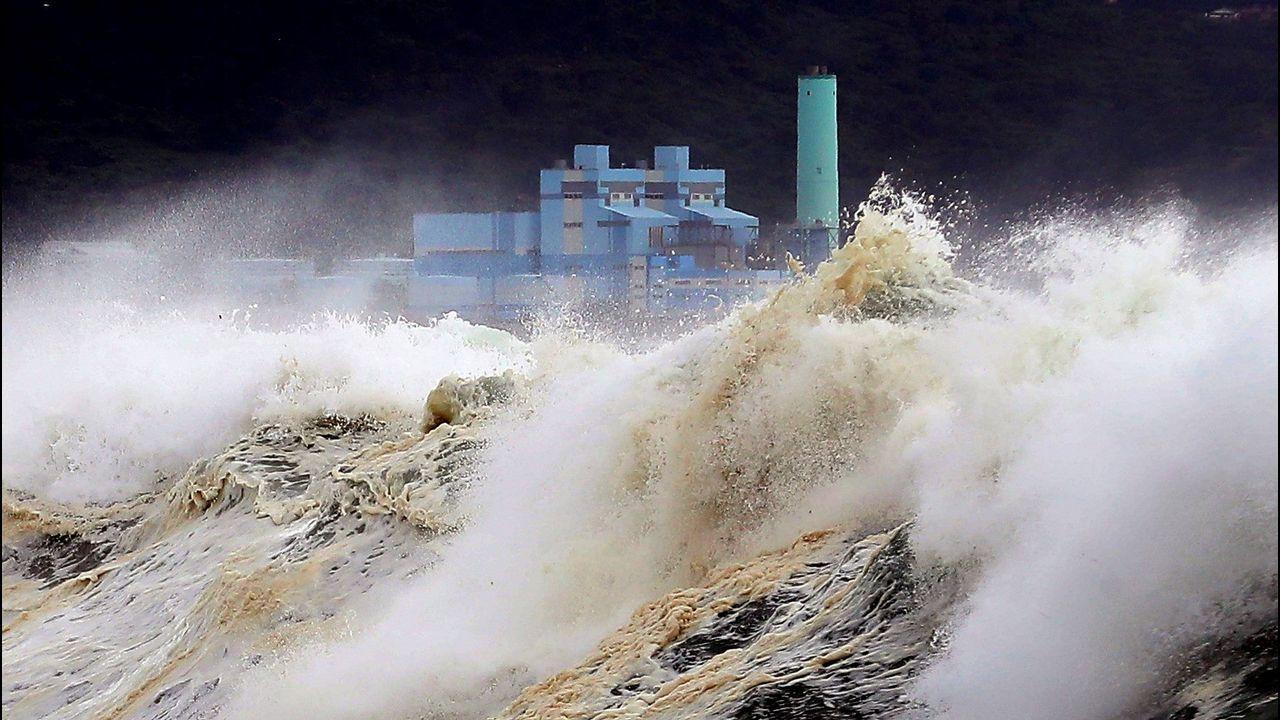Grandes olas en la costa de la isla de Jeju tras el inminente avance del tifón Soulik a la península coreana, en Jeju, Corea del Sur.