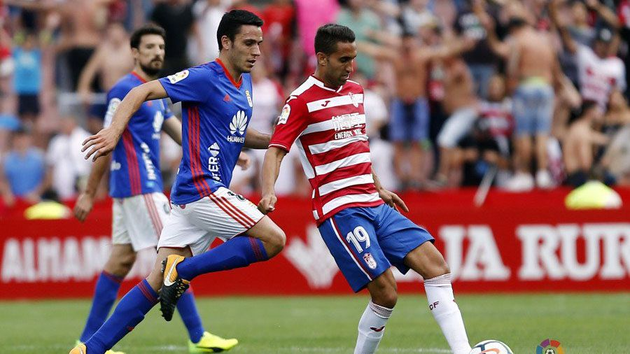 Mariga Real Oviedo Horizontal.Folch disputa un balón frente al Granada