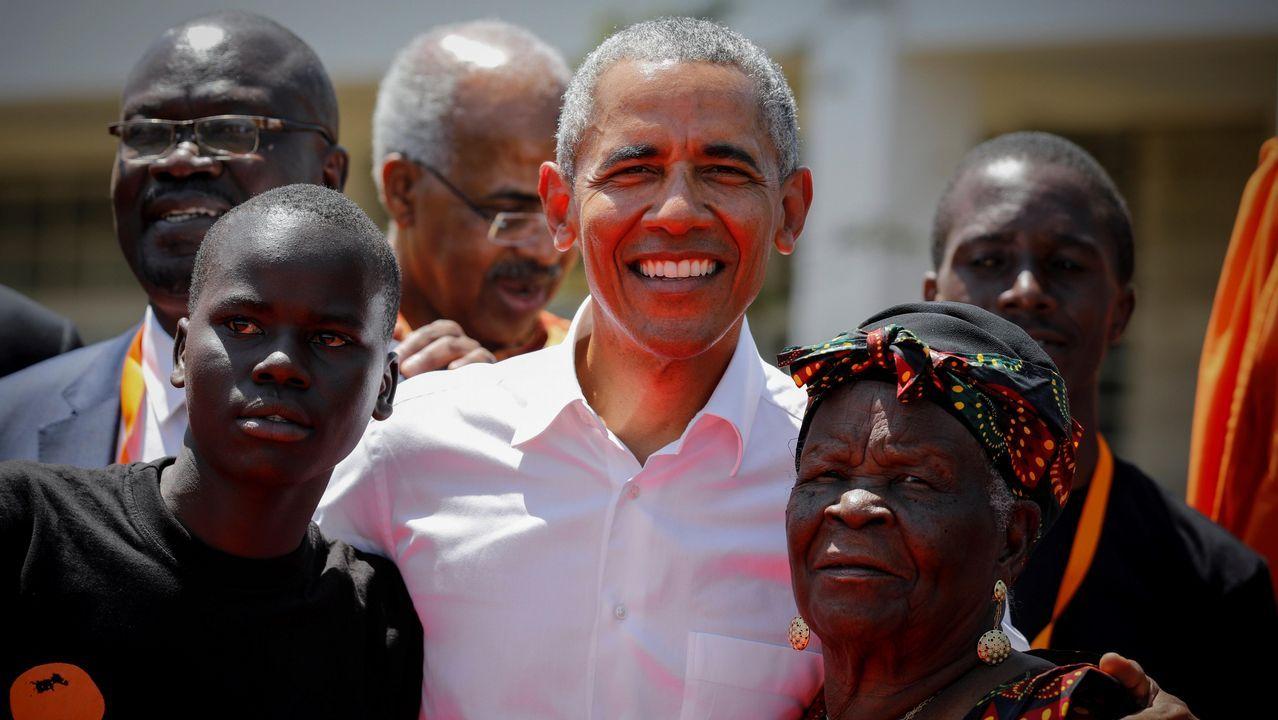 El expresidente estadounidense Barack Obama (c) posa junto a sus abuelastra Sarah Onyango Obama