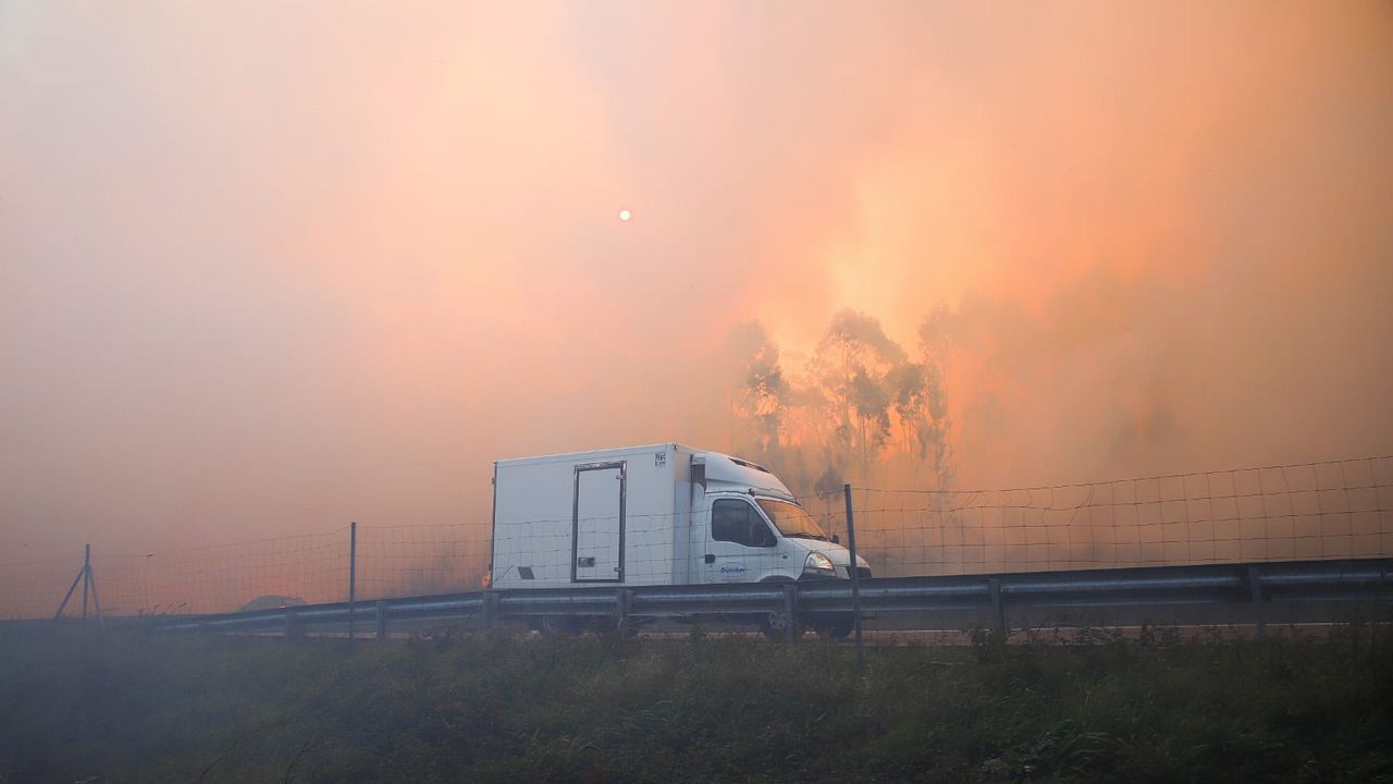 Imágenes del incendio iniciado en Dodro y que se extendió a Rianxo.Incendio de Rianxo en una zona próxima a la autovía