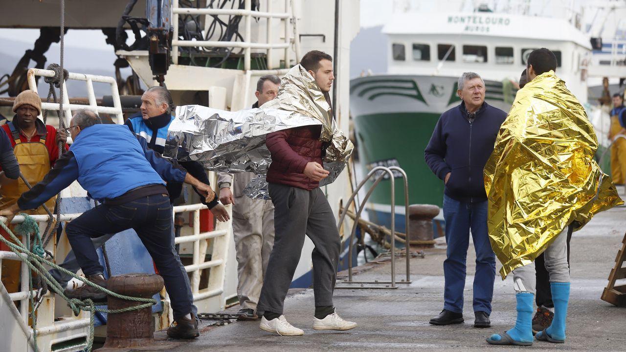 El año termina en Galicia con una doble tragedia en el mar. Con el naufragio del Sin Querer Dos en Fisterra, con tres muertos y un desaparecido, y el de Silvosa en Malpica. En la imagen, supervivientes del naufragio del Sin Querer Dos llegando al puerto de Muros.