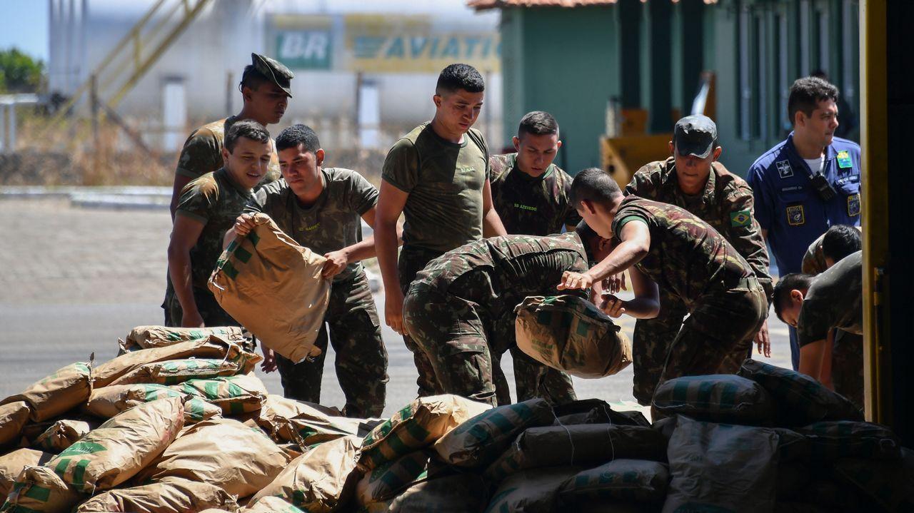 Soldados brasileños descartan sacos con ayuda humanitaria en la  en la base militar de Boa Vista