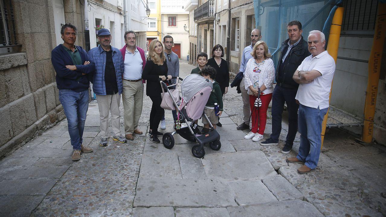 Vecinos de la Ciudad Vieja en la calle Cortaduria
