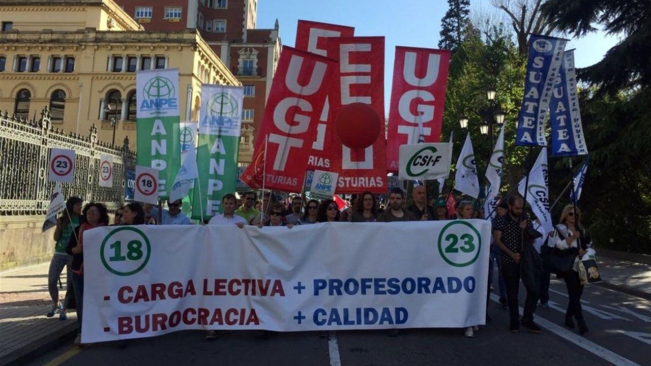 Docentes durante la manifestación en Oviedo