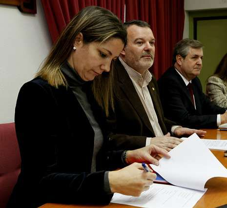 Protesta contra la banca en Pontevedra.Lara Méndez, Carlos Armesto y José Manuel Rodríguez, en la reunión.