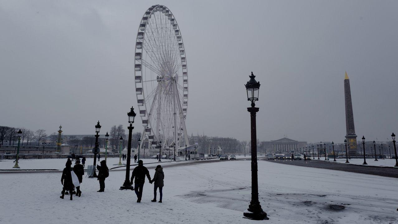 La noria Grande Roue, en la Place de la Concorde, en París, bajo la nieve