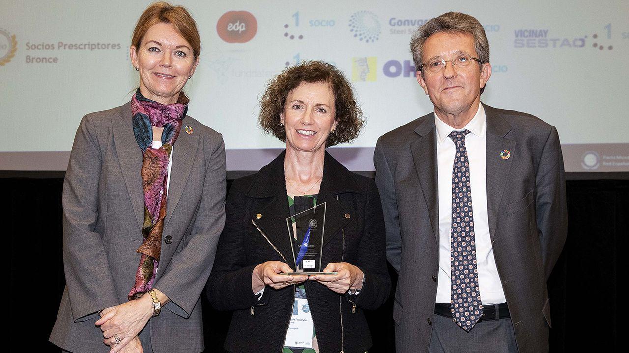Lise Kingo, Yolanda Fernández y Ángel Pes durante la entrega del premio a EDP