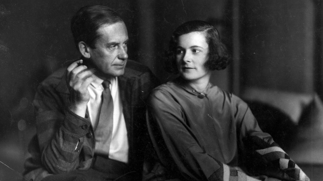 Walter Gropius e Ise Frank, en una fotografía tomada pocos años después de su matrimonio, celebrado el 16 de octubre de 1923, y una vez divorciado de Alma, que había sido esposa de Gustav Mahler. La imagen es una de las muchas que ilustra el ensayo biográfico de Fiona MacCarthy «Walter Gropius. La vida del fundador de la Bauhaus», que el miércoles llega a las librerías