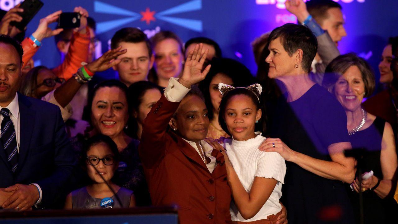 Lori Lightfoot, con su hija Vivian y su mujer, Amy Eshleman, durante la celebración de su victoria