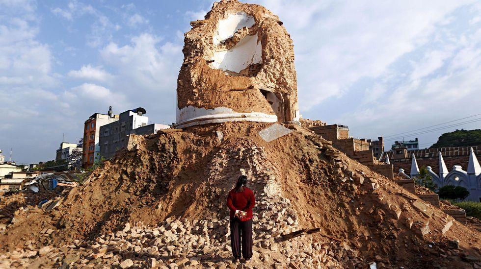 Un operario comprueba los daños en uno de los templos de la ciudad.