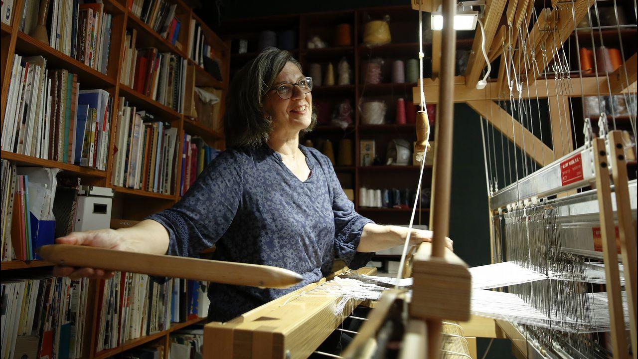 Luisa Estévez, trabajando en el telr de Belategui Regueiro