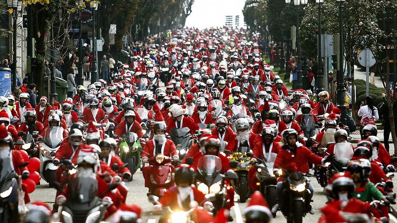 La papanoelada motera vistió de blanco y rojo las calles de Vigo