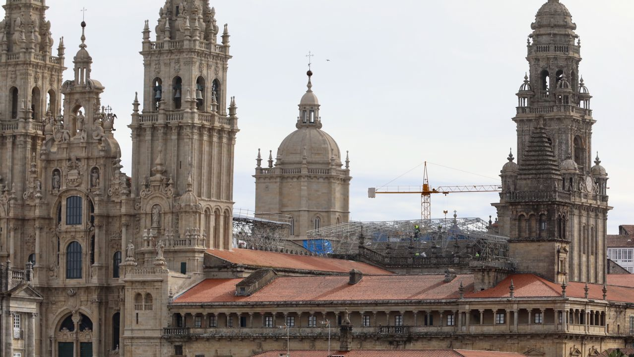 Obras de restauración en los tejados de la catedral de Santiago