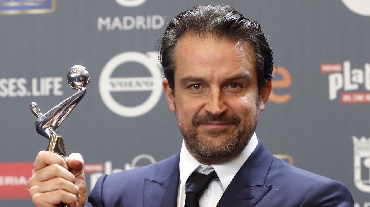 El venezolano Lorenzo Viga, tras recibir el premio Platino a la Mejor Ópera Prima de Ficción Iberoamericana por la película «Desde allá»