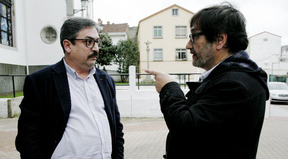 Acusaciones cruzadas en el pleno de Miño.Jesús Veiga, a la izquierda, con el alcalde, Ricardo Sánchez ayer en Miño.