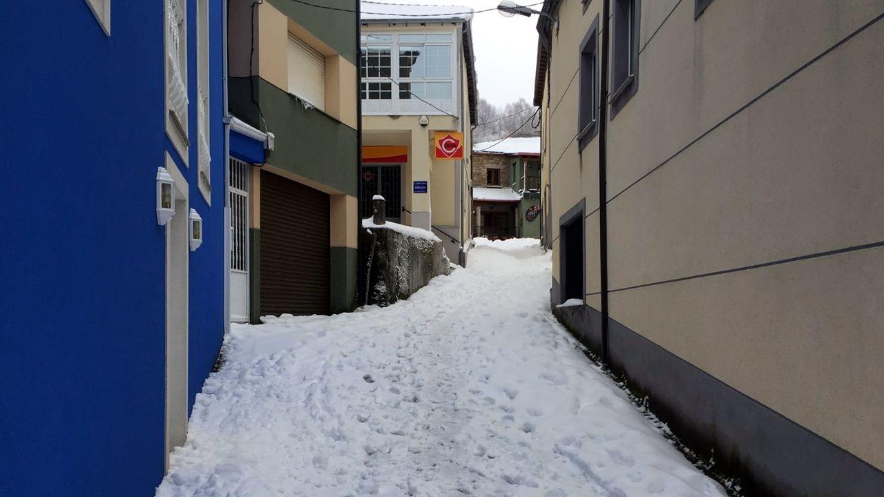 Nieve en las calles de Pedrafita durante la ola de frío