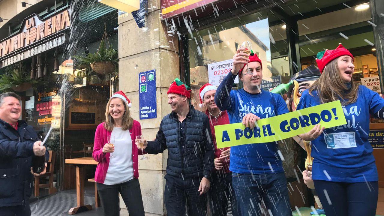 Juan Vázquez.La familia que regenta la administración de la calle Jovellanos en Oviedo celebrando el premio gordo de la Lotería de Navidad