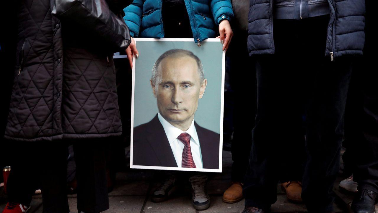 Un partidario del presidente ruso Vladimir Putin sostiene su retrato en Belgrado, Serbia