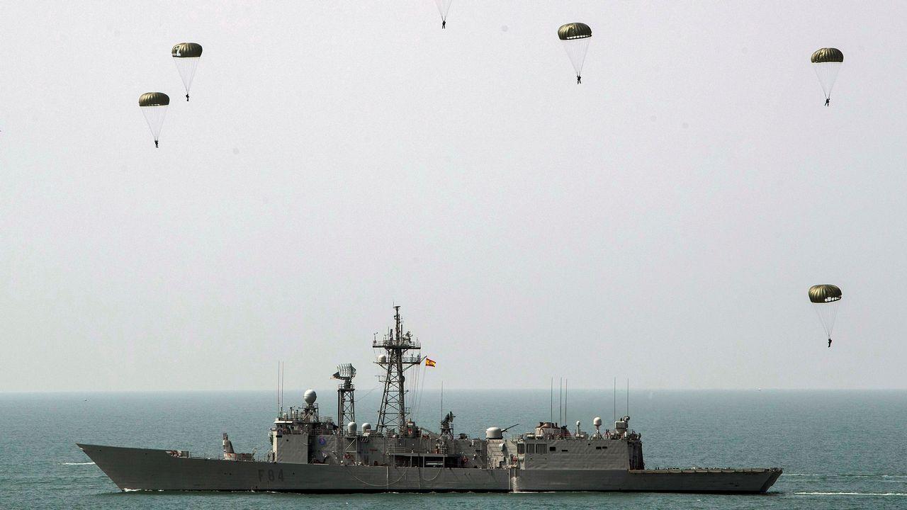 Ejercicio de paracaidistas en el portaaviones Juan Carlos I, en la Base Naval de Rota