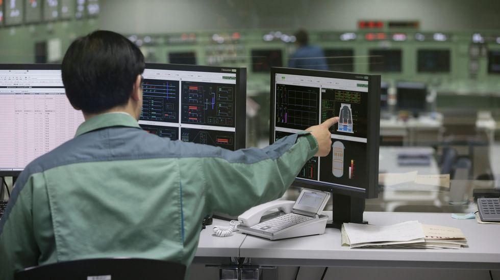 Trabajadores de la Tokyo Electric Power Company (TEPCO) durante unos ejercicios para reforzar los protocolos de seguridad en la planta de Kariwa, en la prefactura de Niigata
