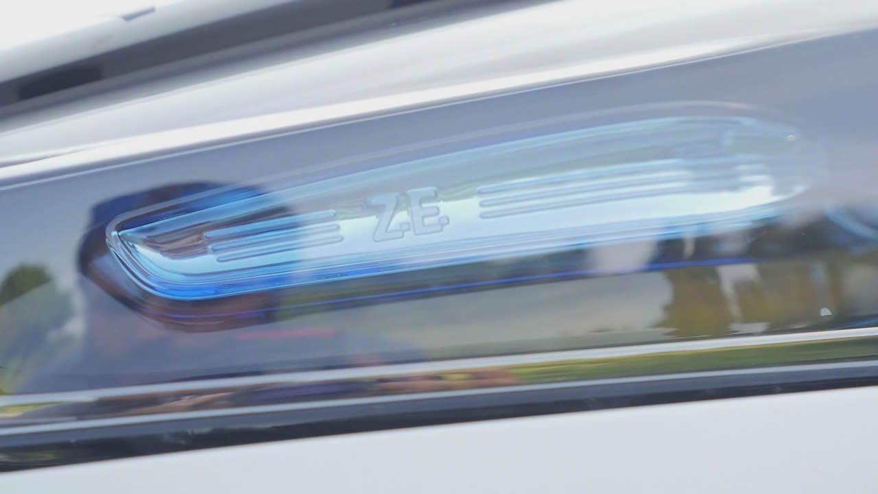 El color azul celeste identifica al Renault ZOE como eléctrico en pilotos delanteros y traseros