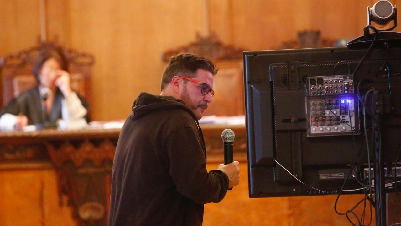 .Uno de los acusados, ayer en el juicio, observando un vídeo