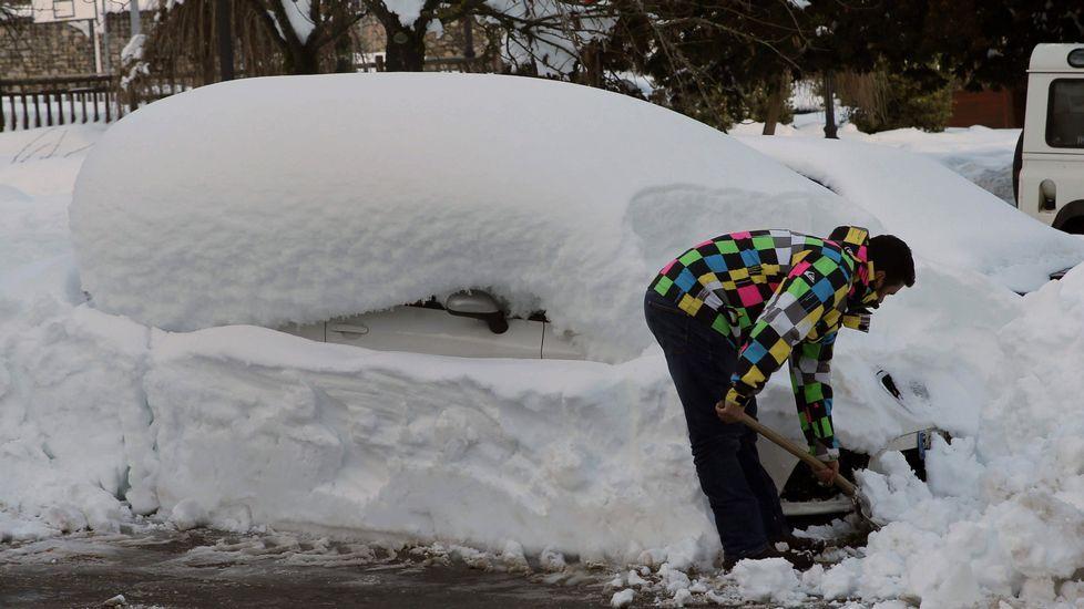 Una visita en imágenes a la Pena de San Mamede.Un vecino de Felechosa retira la nieve de su coche