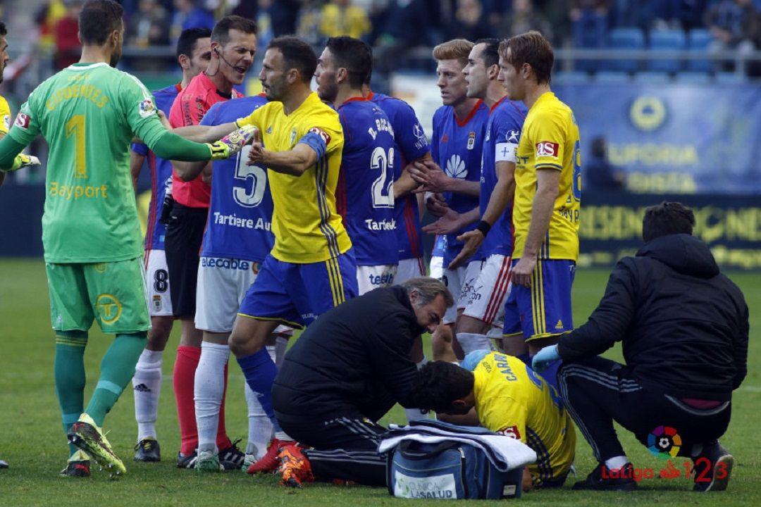 Roja Rocha Cadiz Real Oviedo.Los futbolistas azules protestan a Pulido Santana tras la roja de Rocha