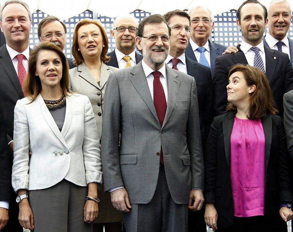 Ada Colau: «Sí se podía».Feijoo, en la foto que siguió a una reunión con Rajoy en Génova de los presidentes de comunidades gobernadas por el PP.