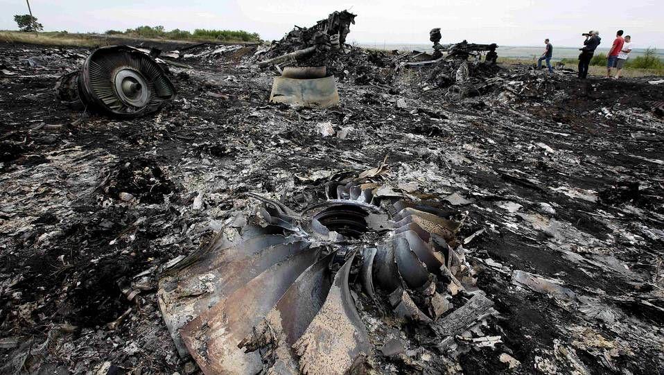 Un grupo de insurgentes bloquean el camino de acceso al lugar donde cayó el avión.