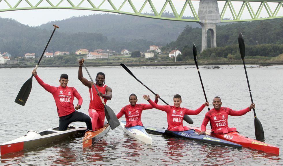 Gómez Noya y el éxito de las mujeres.El equipo colombiano de la Liga del Valle del Cauca, con el vikingo Brayhan Vinasco -segundo derecha-, ayer sobre las aguas del Ulla.