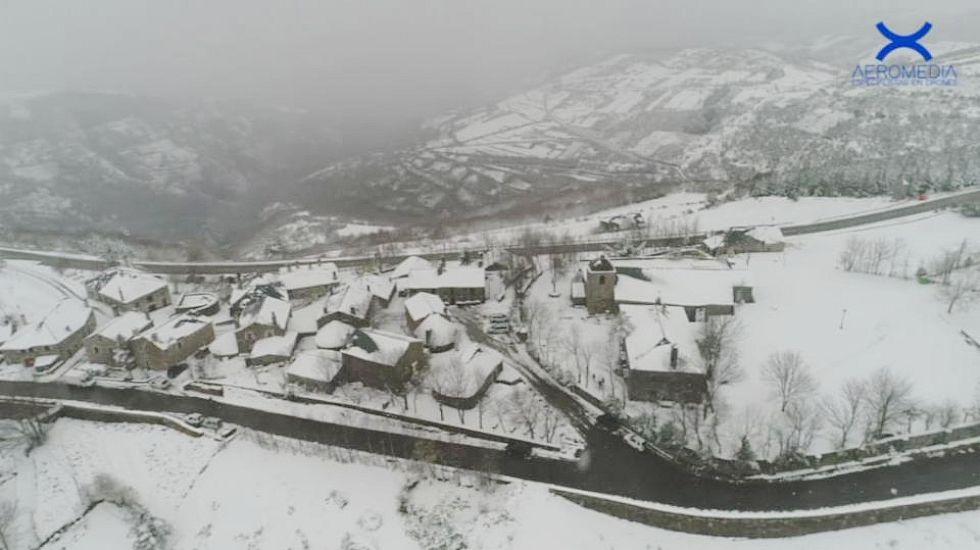 La nevada en O Cebreiro vista desde las nubes.Incendio de Sober