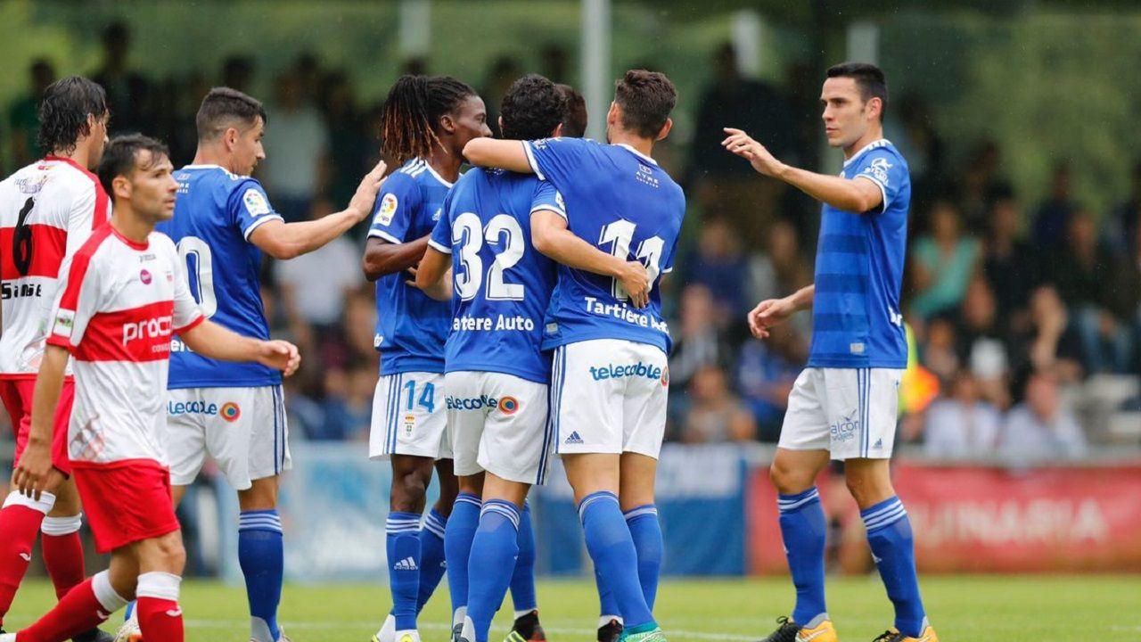 .Los jugadores del Oviedo celebran uno de los tantos de Steven