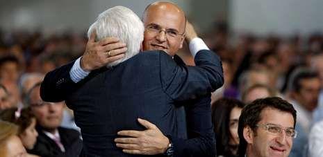 Baltar hijo abraza a Baltar padre en el homenaje a este último el pasado mes de junio. A la derecha, Alberto Núñez Feijoo.