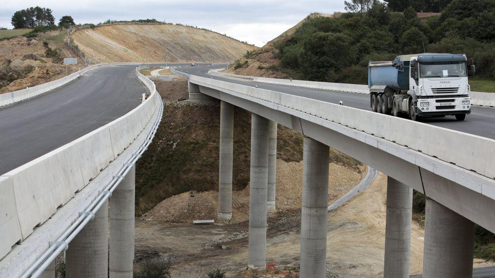 <span lang= es-es >Vías de acceso sin acabar</span>. La autovía se inaugura, pero hay vías de servicio sin acabar e incluso cortes en vías provinciales, como la LU-P-4009 en Covelo. Los vecinos tienen que dar un rodeo.