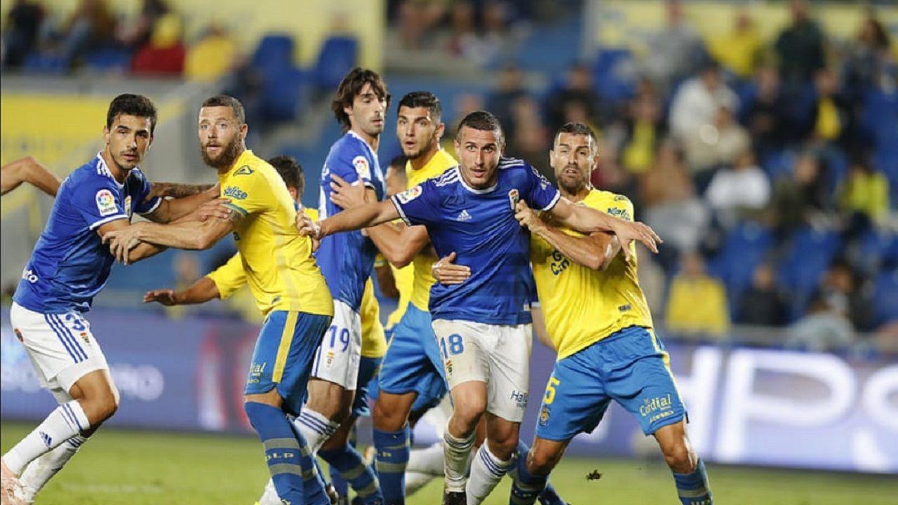 Linares Real Oviedo Reus Carlos Tartiere.Christian Fernández y David García en primer plano, en el Las Palmas-Oviedo