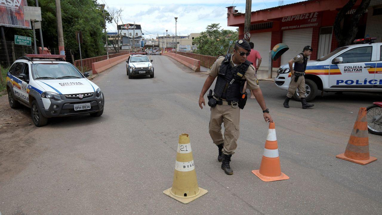 Oficiales de policía bloquean un puente después de que los bomberos ordenasen a evacuar la ciudad de Brumadinho