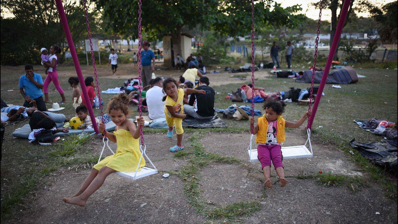 Un grupo de niños, pertenecientes a la caravana Vía Crucis Migrante, juegan en un centro deportivo de Oaxaca
