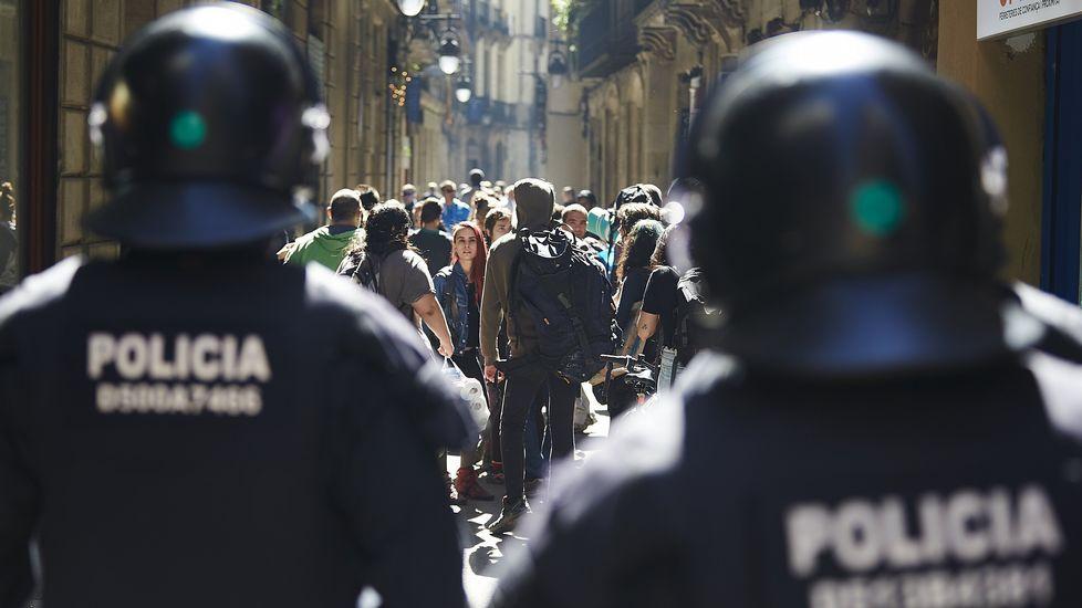 Desalojan a 16 okupas del edificio de la Lonja en Barcelona.Colau y Santisteve, en A Coruña el pasado mes de noviembre