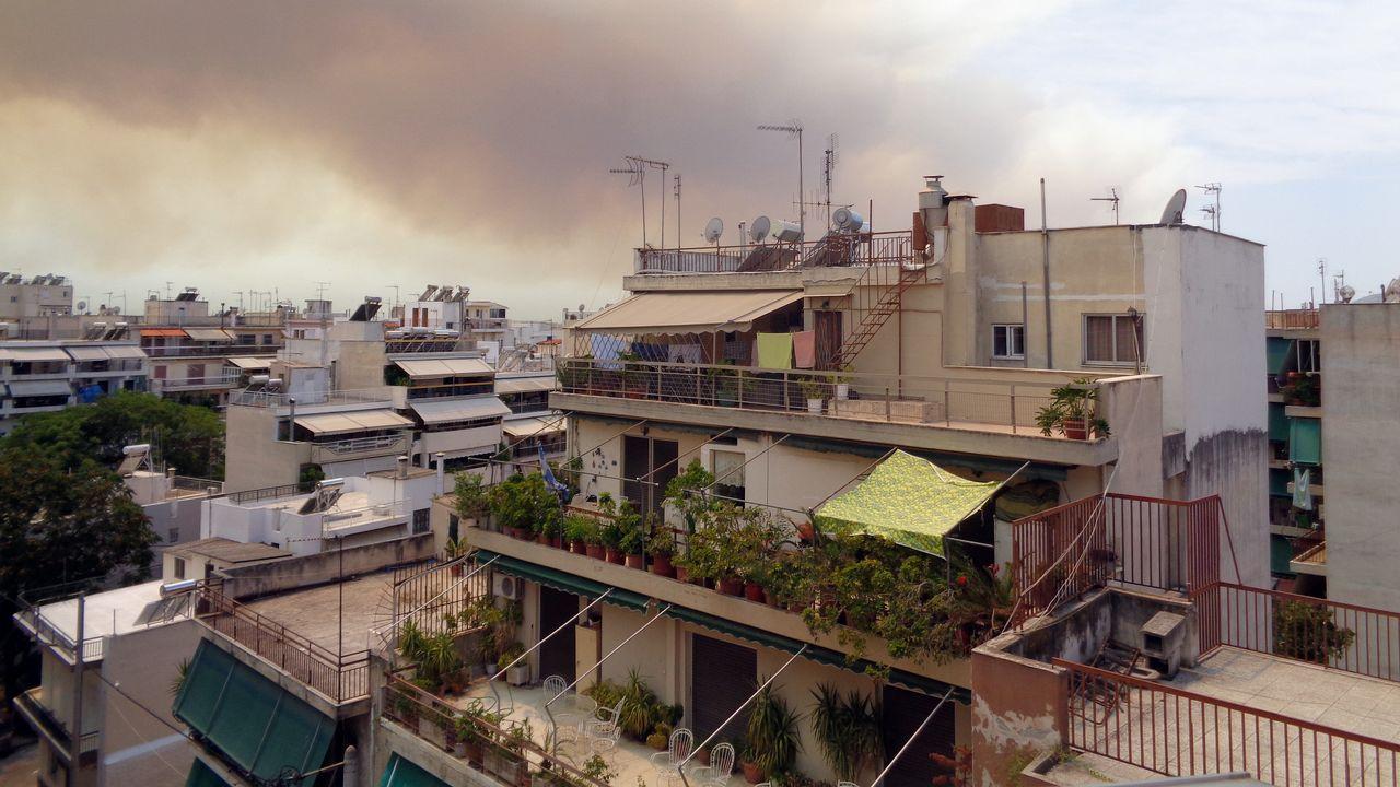 Nubes y humo ascienden en la región de Kinetta, a 40 kilómetros de Atenas
